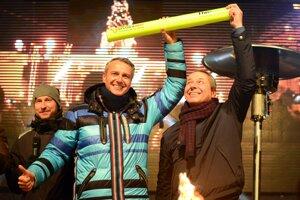 Primátor Košíc Richard Raši (vľavo) odovzdáva štafetový kolík pre Európske mesto športu primátorovi Banskej Bystrice Jánovi Noskovi.