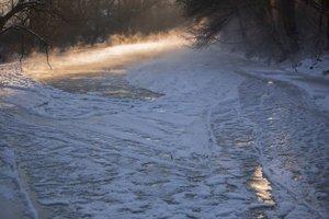 Rieka sa mení na ľadovú plochu.