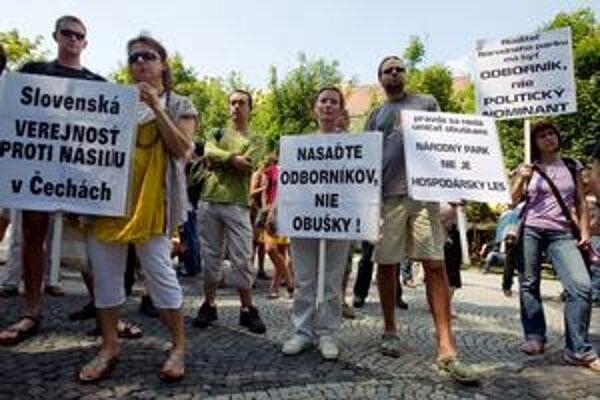 Slovenskí ochranári prišli pred české veľvyslanectvov Bratislave.