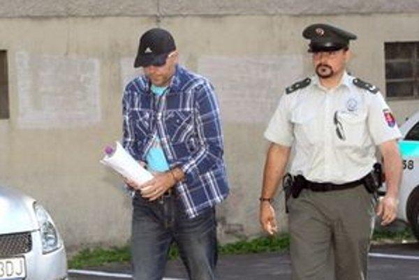 Novotného priviezli na súd z cely predbežného zadržania.