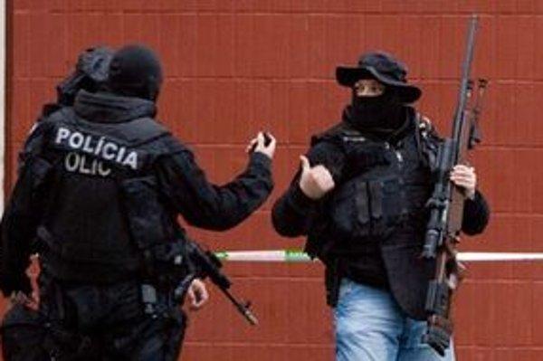 Policajti počas zásahu.
