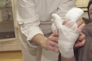 Týždeň po oslavách nového roka petarda poranila chlapcovi ruku.