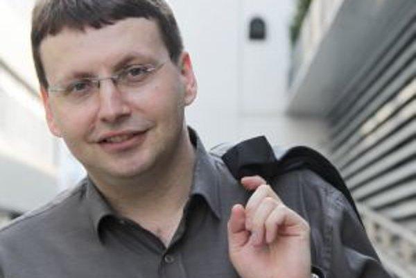 Narodil sa v roku 1972 v Prešove. Absolvoval Matematicko-fyzikálnu fakultu Univerzity Karlovej v Prahe (odbor teoretická fyzika). Od polovice 90. rokov podniká v oblasti zahraničného obchodu (zastupovanie slovenských firiem na českom a čiastočne nemeckom