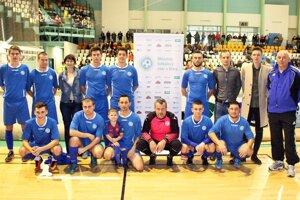 Rozhodcovia ObFZ Nitra si v rámci prípravy zahrali na Vianočnom turnaji MY Nitrianskych novín o Pohár firmy Moget.