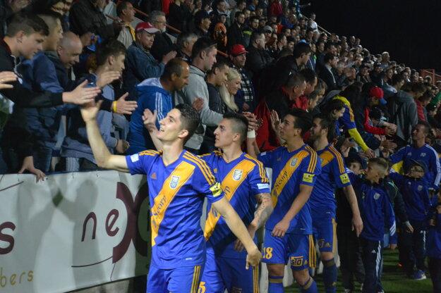 Takto vmáji futbalisti Michaloviec slávili záchranu vI. lige.