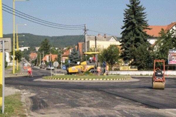 Vjazd do Bojníc je dnes uzatvorený, autá musia jazdiť po obchádzkových trasách.