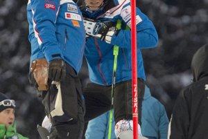Tréner Livio Magoni a vpravo jeho zverenkyňa slovenská slalomárka Petra Vlhová sa rozprávajú pred štartom 1. kola