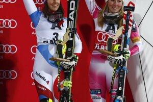 Wendy Holdenerová (vľavo) a Mikaela Shiffrinová skončili zhodne na treťom mieste.