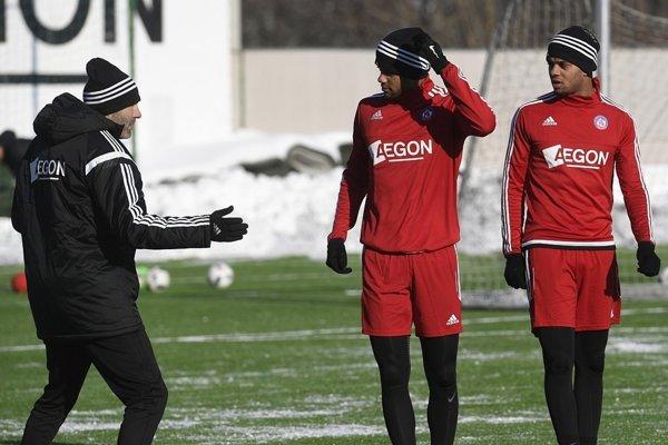 Asistent trénera Ľubomír Reiter (vľavo) a nové posily dvojičky Milton a Rodney Kloosterovci počas prvého tréningu AS Trenčín 7. januára 2017 v Trenčíne.