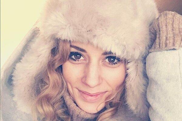 Mária Čírová. V huňatej baranici a kožúšku speváčke rozhodne nemôže byť zima.