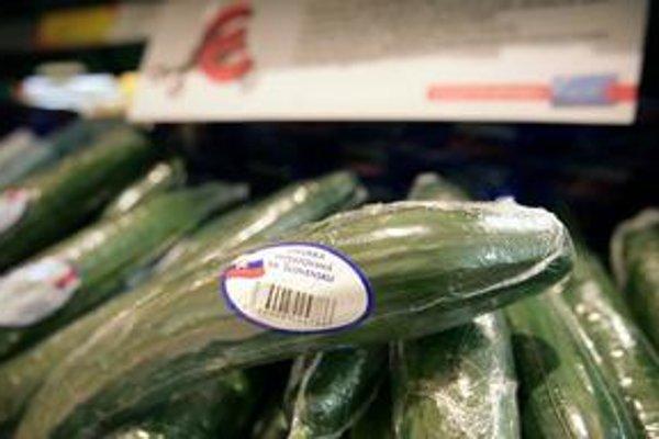 Tesco upozorňuje na slovenský pôvod šalátových uhoriek, ktoré predáva, nálepkami.