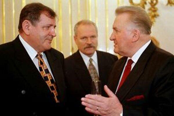 Prezident Michal Kováč v neformálnom rozhovore s premiérom Vladimírom Mečiarom v roku 1998.