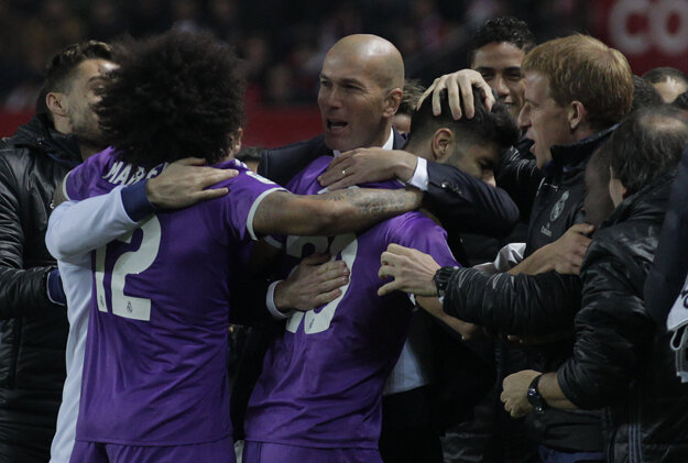 Zinedine Zidane so svojimi zverencami.