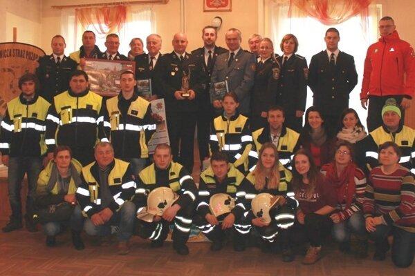 Na fotografii dobrovoľní hasiči zKorne spoločne spoľskými kolegami.
