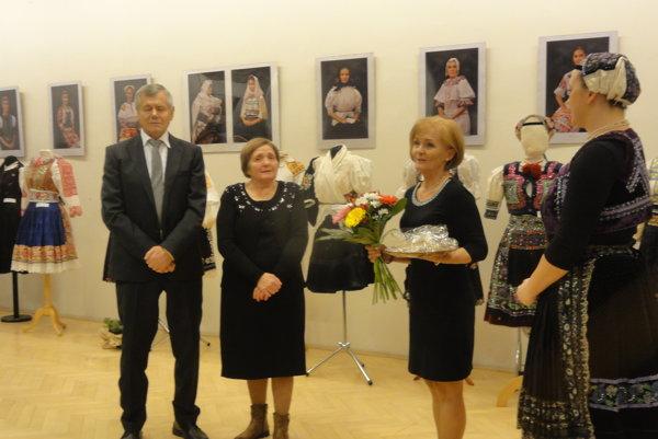 Zľava manželia Kraskovci, riaditeľka Daniela Gundová aLinda Štulajterová zKOS.