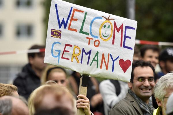 Utečencov v Nemecku vítali tisíce ľudí, no v parlamente je to zakázané.