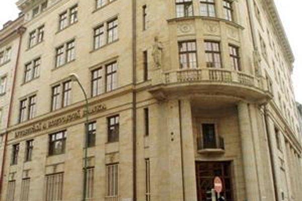 Štátna banka si v roku 1995 stiahla peniaze z dlžníkovho účtu. Dnes má za to Fond národného majetku zaplatiť 818tisíc eur.