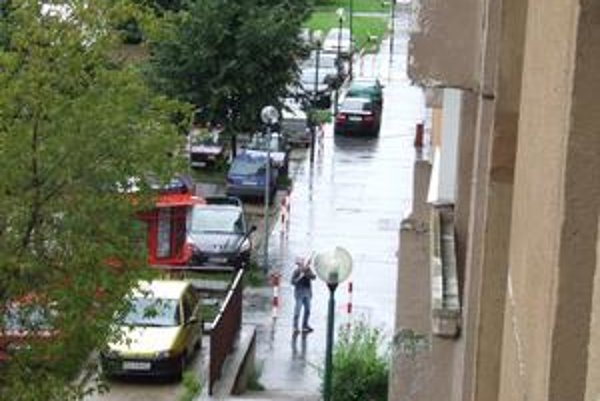 Ľubomír Harman zachytený pri čine. Okrem susedov, s ktorými mal vraj spor, zabil aj staršiu ženu na balkóne, keď  strieľal po sídlisku. Na malej snímke jeho filmová verzia.
