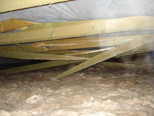 Na snímke pod váhou snehu sa v obci Ubľa v Sninskom okrese prelomila na jednom z pavilónov miestnej školy strecha.