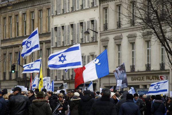 Demonštranti pred izraelskou ambasádou v Paríži.