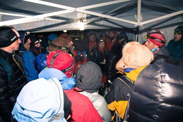 Účastníci si na vrchole v stane aj zaspievali.