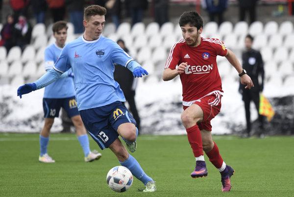 Giorgi Beridze (v červenom) prišiel do Trenčína na polročné hosťovanie. Hneď v prvom zápase, v ktorom za AS nastúpil, strelil víťazný gól. AS Trenčín v príprave zdolal FC Nitra 1:0.