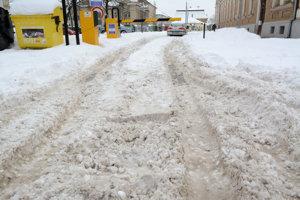 Rampové parkovisko EEI na Strojárenskej sa zrejme tiež len tak samo spod snehu nevyhrabe.
