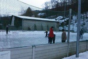 S korčuľami aj bez nich, na ľade sa zabávajú deti aj dospelí.