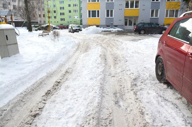 Bonbónik v Starom Meste. Cesta na Czambelovej vyzerá aj štyri dni od skončenia sneženia, akoby sa kalamita ešte len začínala.