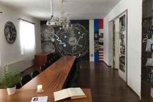Kondolenčná kniha je umiestnená v miestnosti E. A. Cernana v budove obecného úradu.