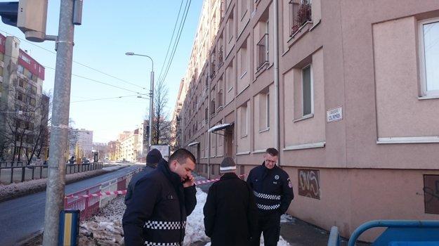 Uzavretý chodník. Na mieste zasahovala hliadka mestskej polície.