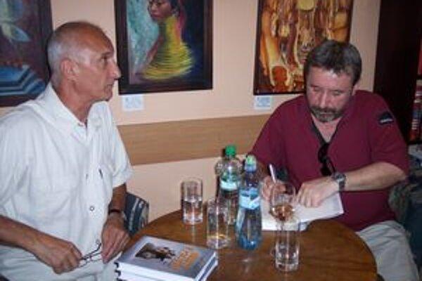 V Prievidzi aj v Bojniciach obaja autori písali do svojich kníh venovania čitateľom.