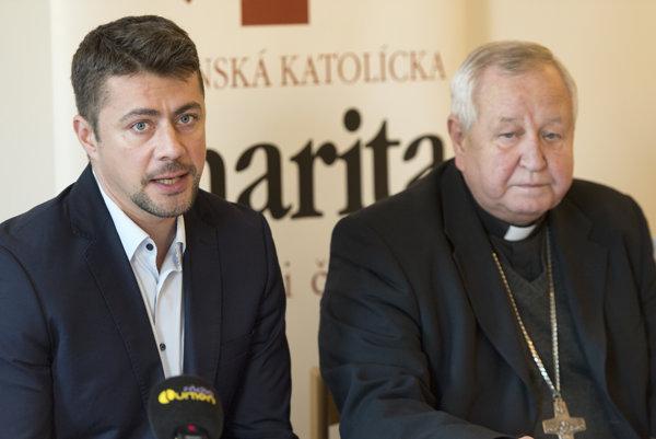 Na snímke vľavo riaditeľ Slovenskej katolíckej charity Radovan Gumulák a vpravo prezident SKCH Mons. Šťefan Sečka.