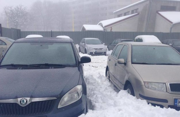 Tesne po snežení... Parkovisko neďaleko OC Tip-Top je v správe spoločnosti EEI.