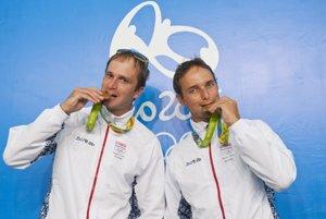 Bratranci Škantárovci. Ladislavovi (vľavo) aPetrovi chutili olympijské medaily aiste ich hreje aj cena PSK.