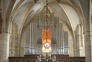 Nový organ v Katedrále sv. Martina v Bratislave patrí so štyrmi manuálmi, 75 registrami a celkovým počtom píšťal 4316 do kategórie veľkých nástrojov.