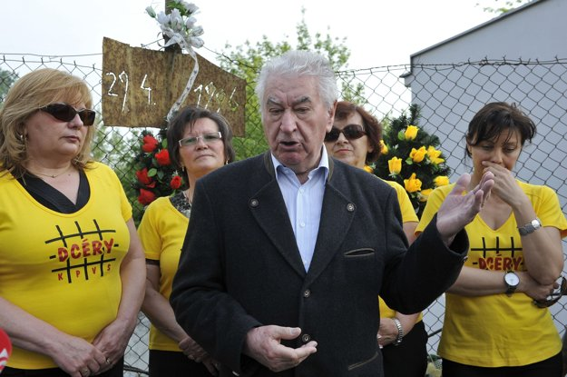 Zo spomienkového stretnutia pri pamätníku zavraždeného Roberta Remiáša 28. apríla 2011 vBratislave. Na snímke vpopredí predseda Konfederácie politických väzňov Slovenska Anton Srholec počas príhovoru.