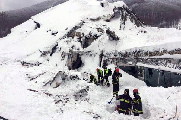 Záchranárske práce stále prebiehajú.