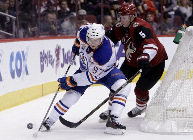 Connor McDavid (vľavo) nazbieral v NHL už viac ako sto bodov.