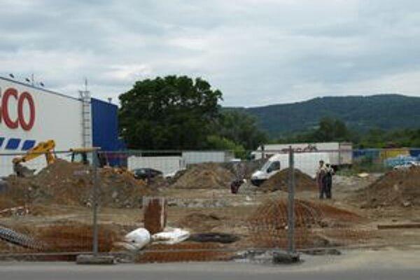 Na mieste, kde bolo parkovisko, sú dnes stavebné stroje.