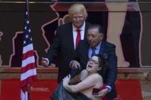 Protesty vyvolalo aj odhalenie sochy Donalda Trumpa v múzeu voskových figurín v Madride.