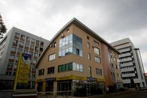 Liberálny dom by mal sídliť na Priemyselnej ulici číslo 8. Strana nechcela povedať, či na tej istej ulici sídli aj nehnuteľnosť, ktorú jej predstavitelia kupujú. Potvrdila iba, že ide o budovu na Priemyselnej ulici.