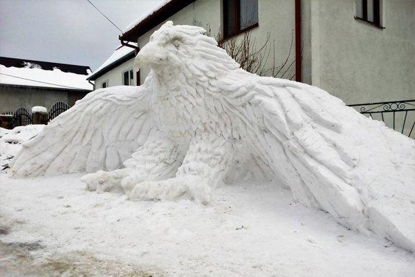 Krása zo snehu. V. Šuster staval orla dva dni.