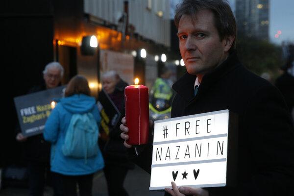 Manžel odsúdenej pred ambasádou Iránu v Londýne.