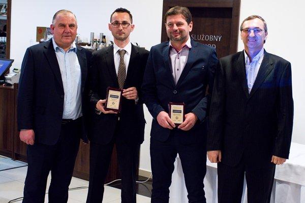 Zľava: Pavol Šípoš (predseda ZsFZ), Martin Jančok zNitry (najlepší asistent rozhodcu), Marián Otiepka zTrenčína (najlepší rozhodca) aJán Franek (predseda Komisie rozhodcov ZsFZ).