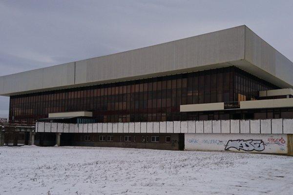 Staručký zimný štadión vMichalovciach už nevyhnutne potrebuje opravu.
