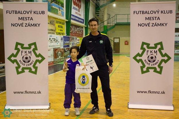 Najlepší hráč turnaja Mukai Yukuno (UTE) v spoločnosti zástupcu organizátora turnaja Nikolu Bukoviča.