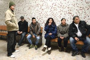 Na snímke vľavo a tretí zľava poškodení rómski chlapci s rodinnými príslušníkmi na súde.