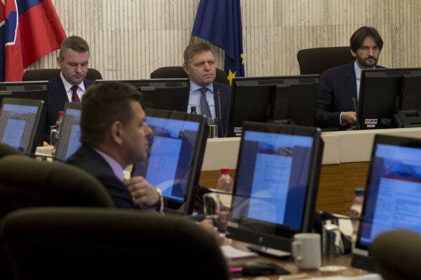 Na snímke v pozadí zľava Peter Pellegrini, Robert Fico a Robert Kaliňák a v popredí vľavo László Sólymos počas rokovania 43. schôdze vlády SR v Bratislave v stredu 25. januára 2017.