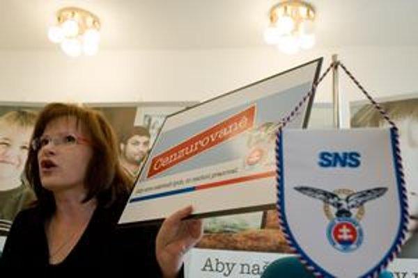 Podpredsedníčka SNS Anna Belousovová počas tlačovej besedy ukazuje nové bilbordy SNS, ktoré budú mať nápis CENZUROVANÉ.